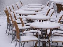 Χιονώδης επιτραπέζιος χειμώνας καρεκλών Στοκ φωτογραφία με δικαίωμα ελεύθερης χρήσης