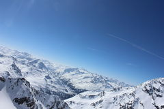 Χιονώδης θέα βουνού με τον μπλε σαφή ουρανό Στοκ φωτογραφίες με δικαίωμα ελεύθερης χρήσης