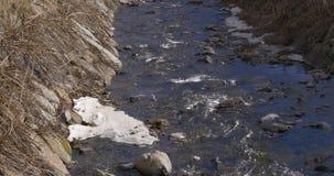 Χιονώδης ποταμός 4k Ισπανία βουνών απόθεμα βίντεο
