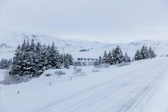 Χιονώδης δρόμος κατά τη διάρκεια του χειμώνα στην Ισλανδία Στοκ εικόνα με δικαίωμα ελεύθερης χρήσης