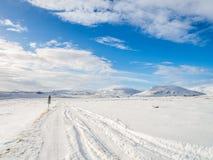 Χιονώδης δρόμος κατά τη διάρκεια του χειμώνα στην Ισλανδία Στοκ Εικόνες