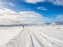 Χιονώδης δρόμος κατά τη διάρκεια του χειμώνα στην Ισλανδία Στοκ Εικόνα