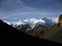 Χιονώδης σειρά Himalayan στο ξηρό τοπίο Στοκ Εικόνα