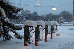 Χιονώδης τηλεφωνική καμπίνα στοκ εικόνες
