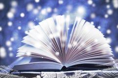 χιονώδης χειμώνας δέντρων ιστορίας χιονιού τοπίων Ανοικτό βιβλίο στο ξύλινο χιονώδες μπλε υπόβαθρο Στοκ Εικόνες