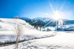 Χιονώδης χώρα των θαυμάτων στα βουνά Στοκ Φωτογραφίες