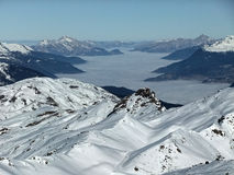 Χιονώδη βουνά με μια misty κοιλάδα Στοκ φωτογραφίες με δικαίωμα ελεύθερης χρήσης