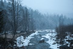 Χιονώδη βουνά πριν από τη θύελλα Στοκ εικόνα με δικαίωμα ελεύθερης χρήσης