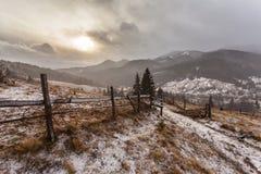 Χιονώδη βουνά πριν από τη θύελλα Στοκ Φωτογραφίες