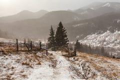 Χιονώδη βουνά πριν από τη θύελλα Στοκ φωτογραφία με δικαίωμα ελεύθερης χρήσης