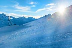 Χιονώδη μπλε βουνά στα σύννεφα Στοκ εικόνες με δικαίωμα ελεύθερης χρήσης
