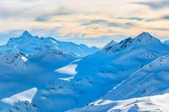 Χιονώδη μπλε βουνά στα σύννεφα Στοκ φωτογραφία με δικαίωμα ελεύθερης χρήσης