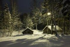 Χιονώδη σπίτια στη νύχτα Στοκ Εικόνες