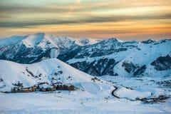 Χιονώδη χειμερινά βουνά στην ημέρα ήλιων Γεωργία, από το χιονοδρομικό κέντρο Gudauri στοκ φωτογραφία με δικαίωμα ελεύθερης χρήσης