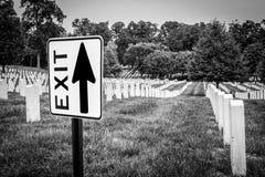 Χιουμοριστικός, πρός τα πάνω-δείχνοντας το σημάδι εξόδων στο νεκροταφείο Στοκ φωτογραφία με δικαίωμα ελεύθερης χρήσης
