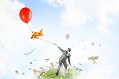 Χιουμοριστικός τύπος με τα μπαλόνια στοκ εικόνα