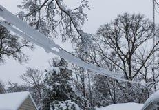 Χιόνι άνοιξη τα ηλεκτρικά καλώδια που συνδέονται που καλύπτει με το σπίτι Στοκ φωτογραφία με δικαίωμα ελεύθερης χρήσης