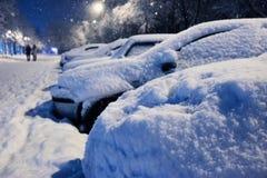 χιόνι αυτοκινήτων κάτω , όχημα χειμερινού καιρού Αυτοκίνητα που εμποδίζονται από το χιόνι στους δρόμους, χιόνι-παράλυση οδών της  Στοκ φωτογραφία με δικαίωμα ελεύθερης χρήσης