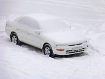 χιόνι αυτοκινήτων κάτω στοκ εικόνες