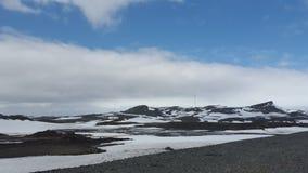 Χιόνι, βουνό και ουρανός Στοκ Εικόνες