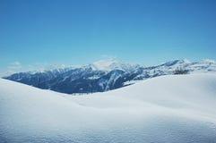 χιόνι βουνών κάτω από το χειμ στοκ φωτογραφίες