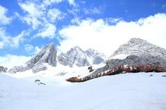 χιόνι βουνών νεφριτών δράκων Στοκ φωτογραφία με δικαίωμα ελεύθερης χρήσης