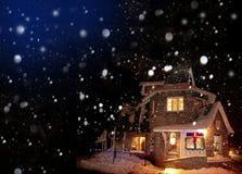 χιόνι εξοχικών σπιτιών Στοκ φωτογραφία με δικαίωμα ελεύθερης χρήσης