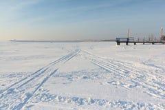 Χιόνι ιχνών στον παγωμένο ποταμό Στοκ Εικόνα