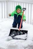Χιόνι καθαρίσματος αγοριών μικρών παιδιών Στοκ Εικόνες