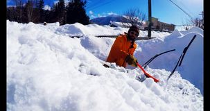 Χιόνι καθαρίσματος ατόμων από το αυτοκίνητο 4k φιλμ μικρού μήκους