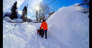 Χιόνι καθαρίσματος ατόμων με τον ανεμιστήρα 4k χιονιού φιλμ μικρού μήκους