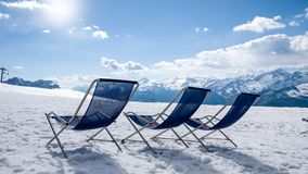 Χιόνι και ήλιος στο χιονοδρομικό κέντρο βουνών Στοκ Εικόνες
