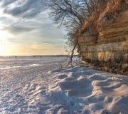 Χιόνι και απότομος βράχος Στοκ Φωτογραφία