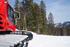 Χιόνι και νέο κόκκινο κουδούνισμα snowcat στοκ φωτογραφίες με δικαίωμα ελεύθερης χρήσης