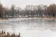 Χιόνι και πάγος που λειώνουν σε μια λίμνη τη δασική άνοιξη Στοκ εικόνες με δικαίωμα ελεύθερης χρήσης