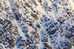 Χιόνι και πάγος στο δύσκολο βουνό Χειμερινό τοπίο με το πρώτο φως Αρκτικός βράχος θάλασσας Svalbard, Νορβηγία Πρώτο χιόνι στην πέ Στοκ Εικόνα