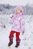χιόνι κοριτσιών σφαιρών Στοκ εικόνα με δικαίωμα ελεύθερης χρήσης
