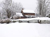 χιόνι κούτσουρων καμπινών Στοκ φωτογραφία με δικαίωμα ελεύθερης χρήσης