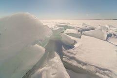 Χιόνι, πάγος, hummocks στο χιονισμένο πάγο της λίμνης. Στοκ Εικόνες