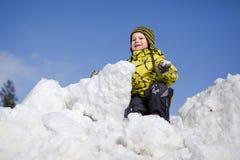 χιόνι παιχνιδιού αγοριών Στοκ Εικόνες