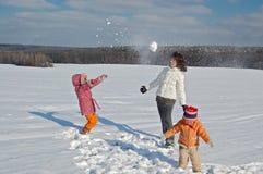 χιόνι παιχνιδιού μητέρων παι&d Στοκ Εικόνες