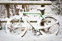 χιόνι πακέτων ποδηλάτων κάτω Στοκ Φωτογραφίες