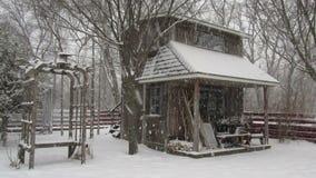 Χιόνι που αφορά ένα παλαιό υπόστεγο Στοκ φωτογραφία με δικαίωμα ελεύθερης χρήσης