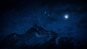 Χιόνι που αφορά τα βουνά τη νύχτα απόθεμα βίντεο