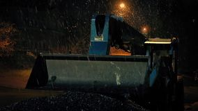 Χιόνι που αφορά τη Digger μηχανή τη νύχτα απόθεμα βίντεο