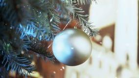 Χιόνι που αφορά το όμορφο νέο παιχνίδι έτους που διακοσμεί το χριστουγεννιάτικο δέντρο, κινηματογράφηση σε πρώτο πλάνο απόθεμα βίντεο