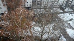 Χιόνι που εμπίπτει σε μια πόλη απόθεμα βίντεο