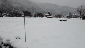 Χιόνι που εμπίπτει στην του χωριού παγκόσμια κληρονομιά Shirakawago, Ιαπωνία απόθεμα βίντεο