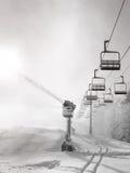 Χιόνι που κατασκευάζει τη μηχανή κοντά chair-lift - γραπτό Στοκ Φωτογραφίες