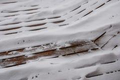 Χιόνι που κοσκινίζει μέσω των ρωγμών στη γέφυρα στοκ εικόνα